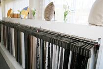 メルセ・ショールームには常時3,000点を超す最新カーテンと、サンゲツをはじめ各種メーカーの見本帳もご用意
